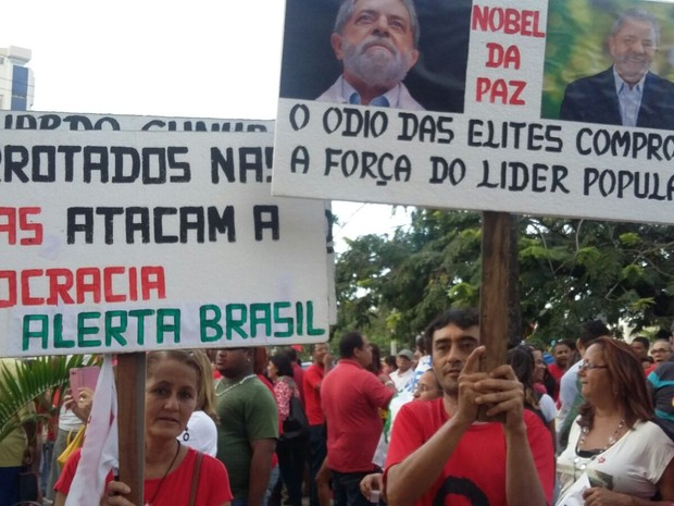 Movimentos sociais exibem faixas com fotos de Lula e as frases Derrotados nas urnas atacam a democracia e O ódio das elites comprova a força do líder popular (Foto: Thays Estarque/G1)