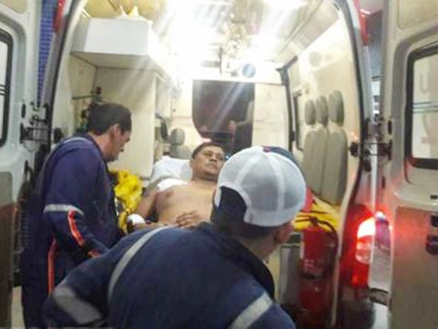 Baleado no braço, PM foi socorrido ao hospital e não corre risco de morte (Foto: Alcivan Vilar/Fim da Linha)
