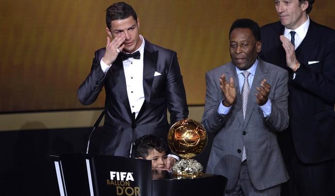 Cristiano Ronaldo e pele, bola de ouro da FIFA (Foto: AFP)