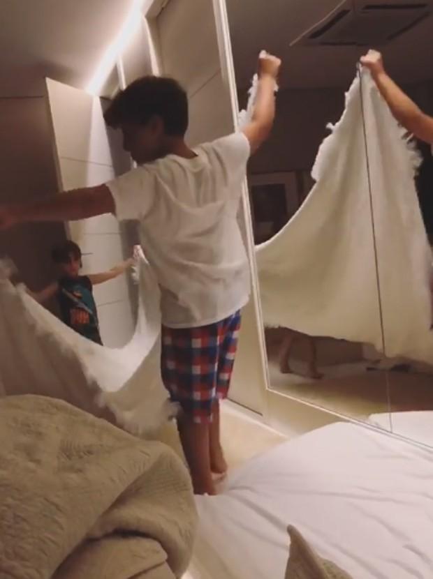 Davi e Rafael levão colchão para o quarto dos pais (Foto: Reprodução/Instagram)