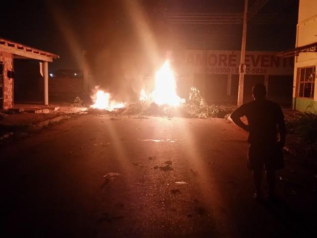 Moradores da Rua Aruba, no bairro Tancredo Neves fecharam acesso à Mamoré reivindicando a religação da energia elétrica na região (Foto: Toni Francis/G1)