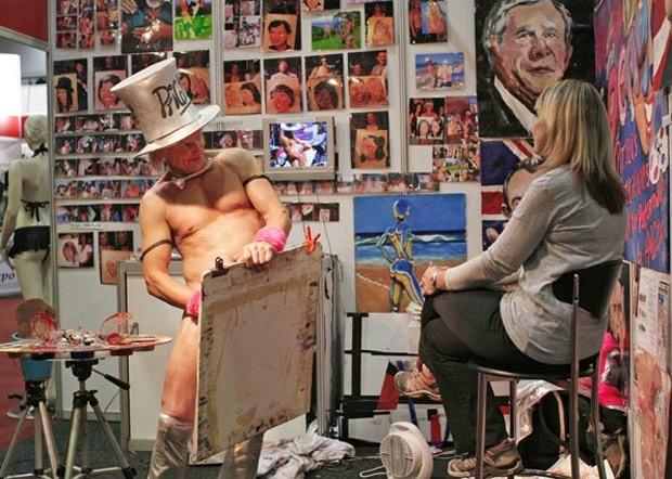 Artista Tim Patch pinta retrato de visitante EM feira de sexo de Johannesburgo, na África do Sul, 2007 (Foto: Antony Kaminju/Reuters)