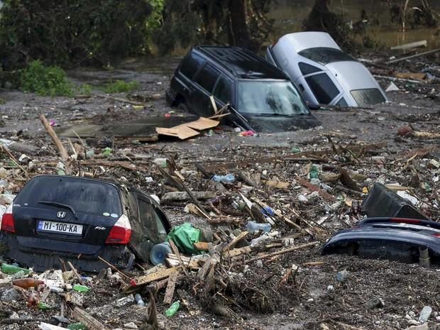Águas arrastaram e afundaram carros (Foto: Beso Gulashvili / Reuters)