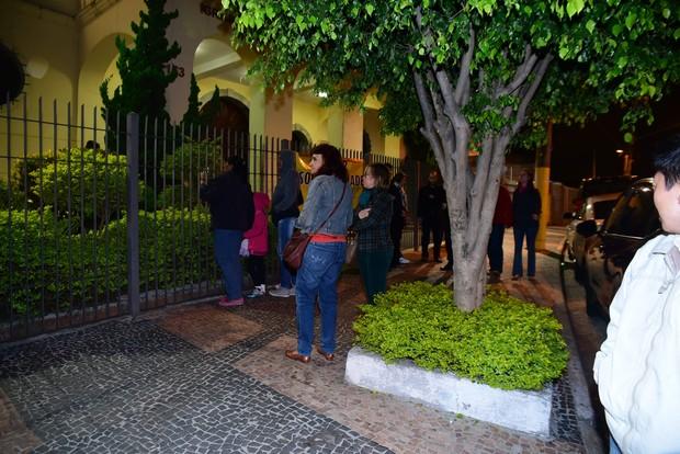 Fãs se aglomeram na entrada da igreja (Foto: Leo Franco / EGO)
