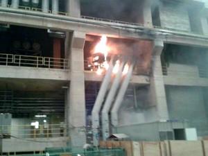 Com o celular, um operário registrou o incênico causado pela explosão em uma turbina da Usina Santo Antônio, em RO (Foto: Reprodução)