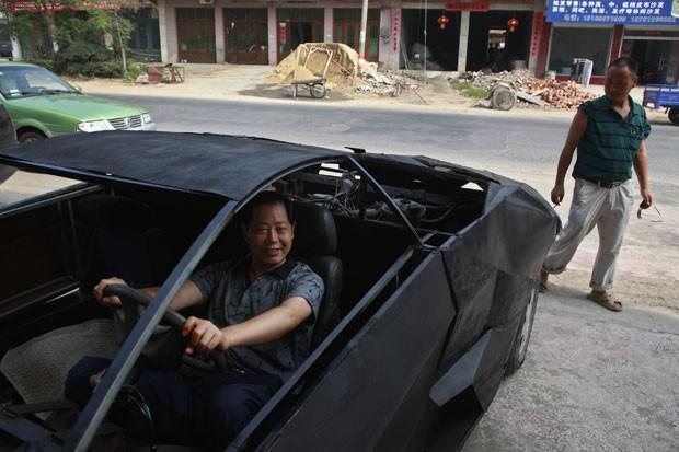 Jian criou a réplica do esportivo de luxo usando partes de outros veículos. (Foto: Xihao/Reuters)