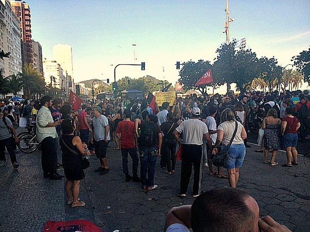 Manifestantes ocupam a pista da Avenida Atlântica (Foto: Alba Valéria Mendonça/G1)