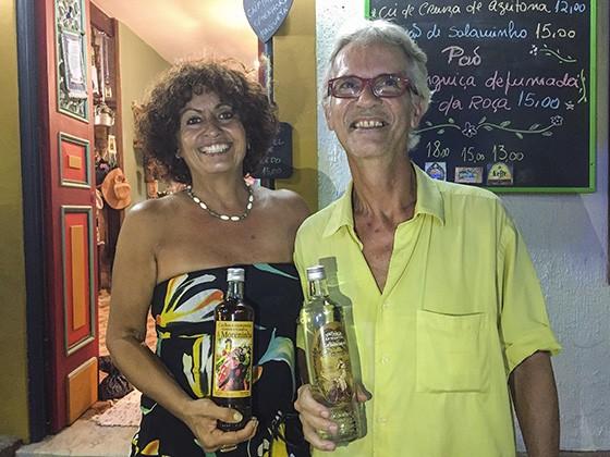 """Neusa Matos e Mauro Guerra, no pátio de sua Casa de Noca, mostram as cachaças """"A Moreninha"""" e """"Senhora Paquetá"""", preparadas pelo casal  (Foto: © Haroldo Castro/Época)"""
