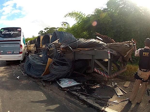 Batida entre ônibus e carreta mata um e deixa 17 feridos, diz PRF (Foto: Imagem/ TV Bahia)