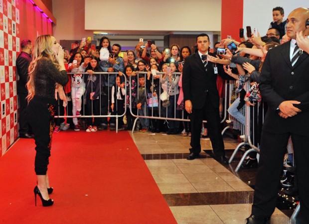 Larissa Manoela joga beijos para fãs em shopping (Foto: Samuel Chaves/Brazil News)