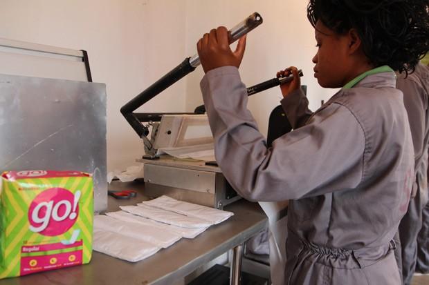 Funcionária trabalha na fabricação de absorventes em Ruanda, parte da associação Sustainable Health Enterprises (SHE)  (Foto: Stephanie Aglietti/AFP)