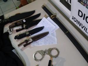 Cartas de facção foram encontradas na casa do suspeito (Foto: Marcos Pereira/RBS TV)
