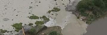 Barragem rompe e lança resíduos no rio Paraíba em Jacareí (Reprodução/TV Vanguarda)