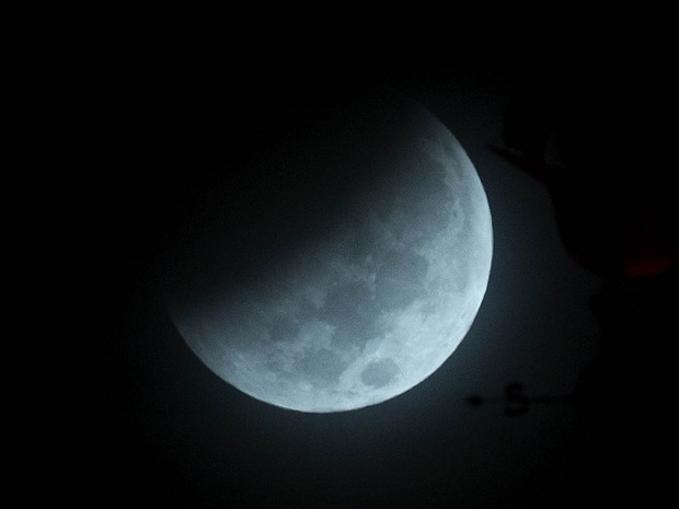 Eclipse lunar é visto de Miami, na Flórida (EUA) (Foto: Wilfredo Lee/AP)