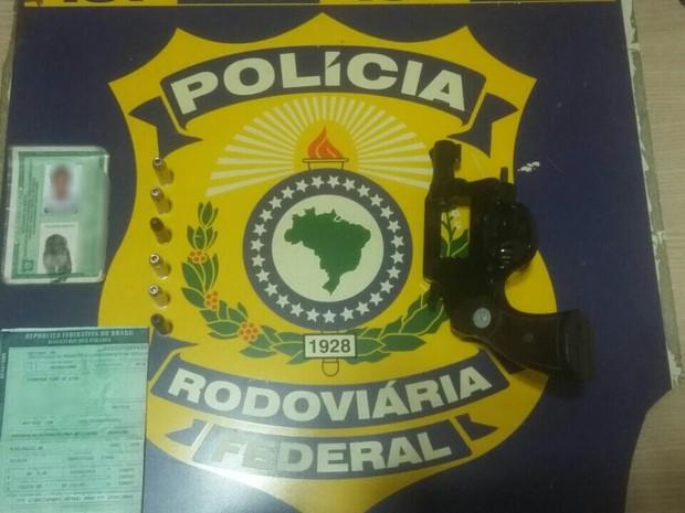 Arma apreendida pela PRF na BR-101, em São José de Mipibu (Foto: Divulgação / PRF)