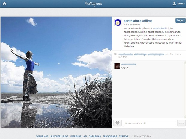 Perfil do filme no Instagram mostra Nathalia Dill posando para foto em Cabaceiras (Foto: Reprodução/Instagram/@portrasdoceuofilme)