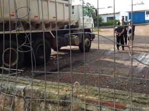 Materiais incendiários foram encontrados na garagem da Prefeitura de Chapecó (Foto: Vanessa Nora/RBS TV)