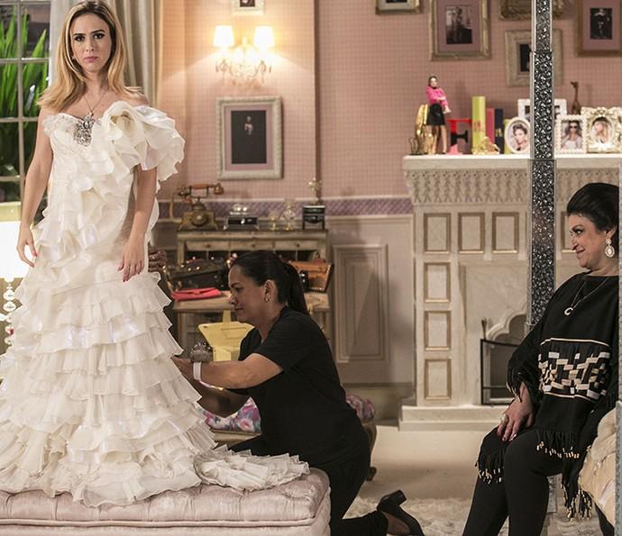Fedora fica irritada ao provar vestido de casamento (Foto: Inacios Moraes/Gshow)