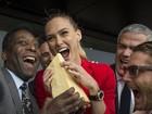 Top Bar Refaeli tieta ex-jogador Pelé e comemora: 'Garota de sorte'