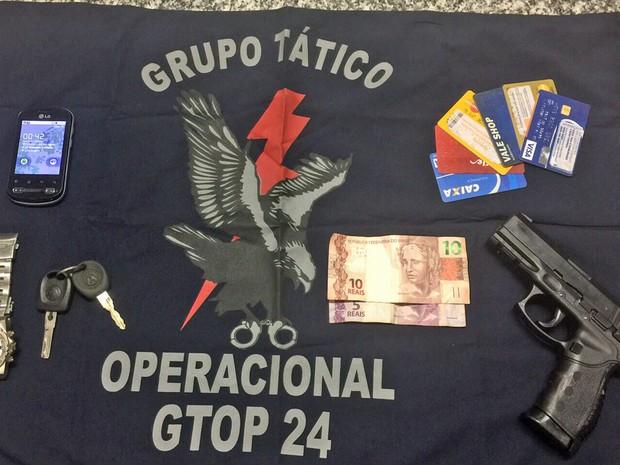 Uma carteira com documentos, uma pistola de brinquedo e dinheiro em espécie, que seria do frentista, foram apreendidos. (Foto: Polícia Militar/Divulgação)