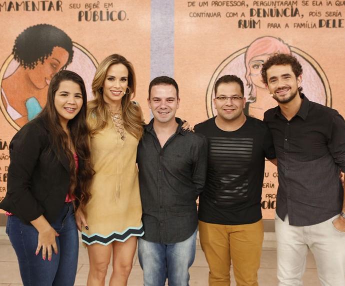 Convidados do programa com os apresentadores nos bastidores  (Foto: Ellen Soares/Gshow)