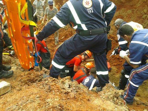 Bombeiros trabalham para retirar homem soterrado em Canoas (Foto: Divulgação/Bombeiros)