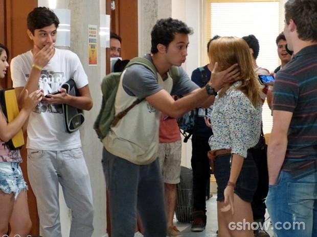 Ben tenta conversar com Anita no colégio (Foto: Malhação / TV Globo)
