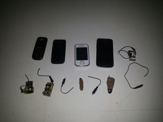 Quatro celulares, quatro carregadores e sete chips foram apreendidos (Foto: Marlúcio Azevedo / Arquivo Pessoal)