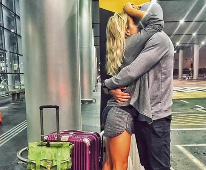 Erasmo se despede de Gabriela no aeroporto instantes antes do embarque da loira (Foto: Arquivo Pessoal)