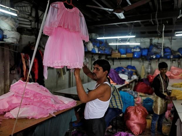 Foto de agosto de 2016 mostra pequena fábrica de vestuário em Mumbai. Mão de obra barata é abundante na Índia e atrai investidores, gerando efeito positivo sobre o PIB sem que haja melhora na distribuição de renda, explicam especialistas. (Foto: Danish Siddiqui / Reuters)