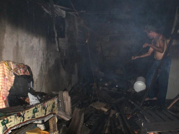 Fogo causou bastante estrego na residência (Foto: Eudo Mendes/Itapetinga Repórter )