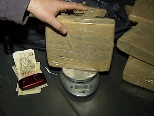 Foram encontrados drogas, dinheiro e uma balança no ferro velho (Foto: Reprodução / TV Tem)