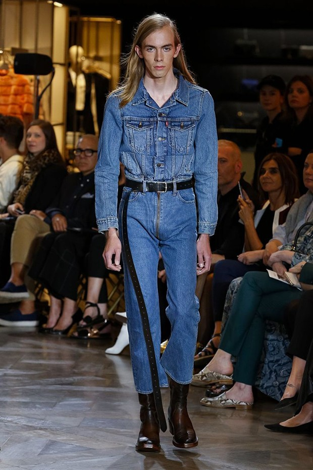 Vetements Spring/Summer 2017 show. The handcrafted denim is much sought after and sells out immediately (Foto: Gio Staiano)