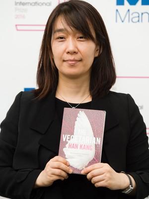 A escritora sul-coreana Han Kang posa com seu livro 'The vegetarian' (Foto: Leon NEAL/AFP)
