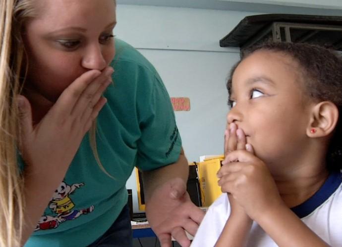 A professora Zuleide ensina Dafny a se comunicar com as outras crianças da escola (Foto: Rio Sul Revista)