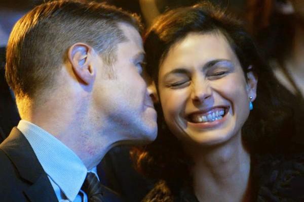 Ben McKenzie e Morena Baccarin em cena da série Gotham (Foto: Divulgação)