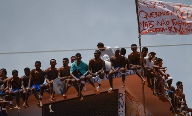 Detentos ocupam telhado da Penitenciária Estadual de Alcaçuz, na região metropolitana de Natal