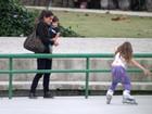 Cynthia Howlett leva os filhos para passear na Lagoa, no Rio