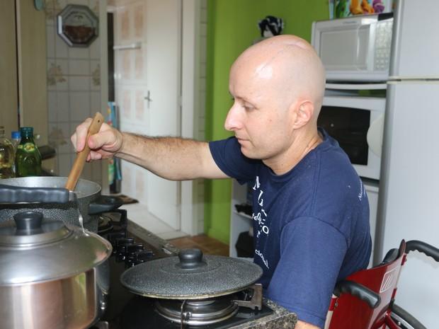 Com cadeira de rodas, Leandro cozinha para ele e para a filha Lívia (Foto: Felipe Truda/G1)