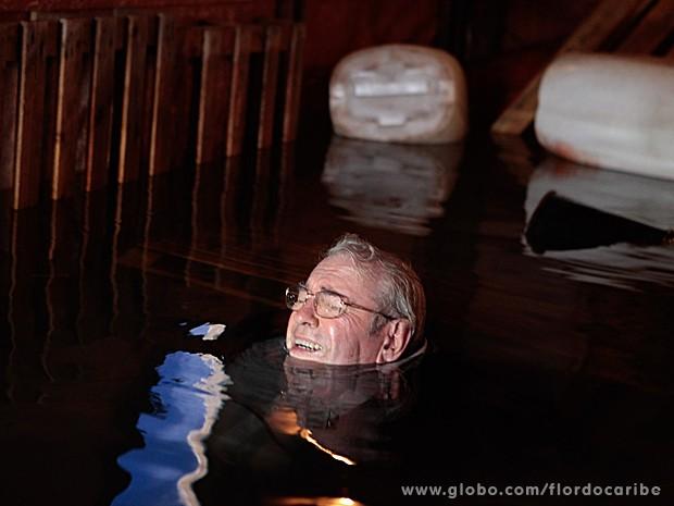 O pai da Ester se vê entre a vida e a morte (Foto: Flor do Caribe / TV Globo)