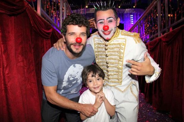 Daniel Oliveira e o filho no Circo Tihany (Foto: Cleomir Tavares/Mural da Fama/Divulgação)