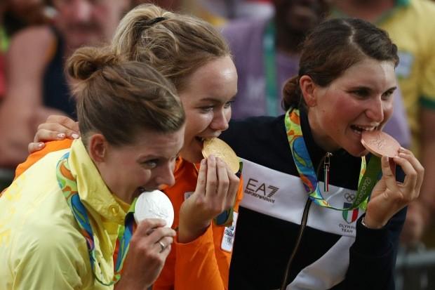 Vencedoras do ciclismo, Emma Johansson (Suécia), Anna van der Breggen (Holanda) e Elisa Longo Borghin (Itália) comemoram - e mordem - medalhas (Foto: Patrick Smith/Getty Images)