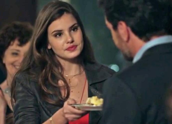 Angel dá a primeira fatia do bolo para Alex  (Foto: TV Globo)