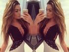 Ex-BBB Monique Amin posa para selfie usando vestido justo e decotado