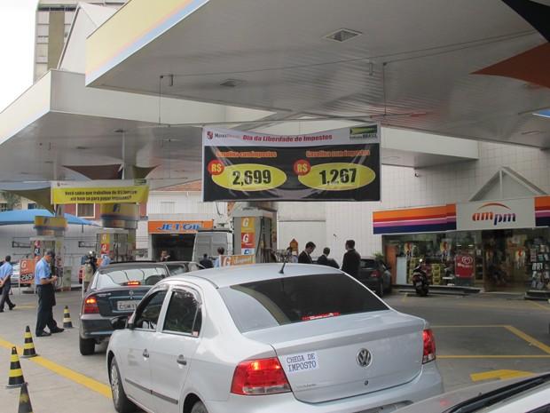 Desconto de 54% no litro da gasolina vale até fim de estoque de 5 mil litros (Foto: Juliana Cardilli/G1)