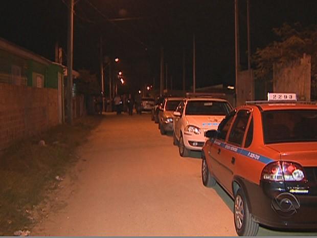 Corpo de homem foi encontrado após assalto (Foto: Reprodução/RBS TV)