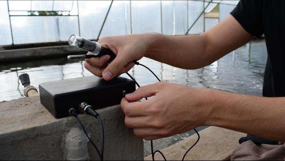 Dispositivo instalado em tanques envia informações para software (Foto: Carlos Eduardo Milani)