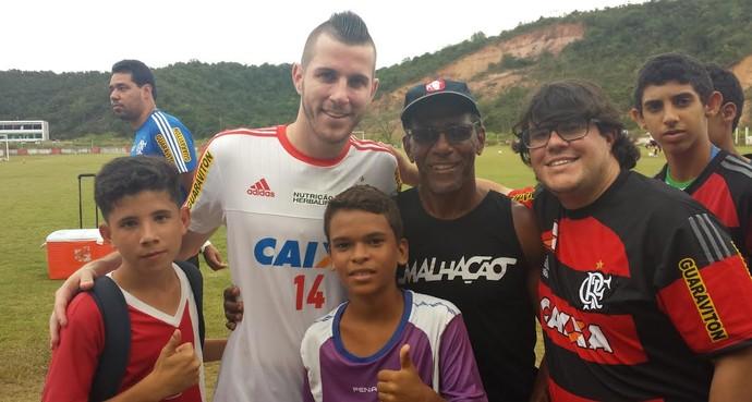 Pv e torcedores em Recife (Foto: Fred Gomes/ GloboEsporte.com)