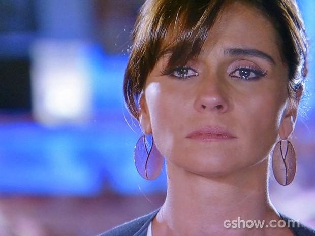 Clara tenta segurar o choro em conversa com Marina (Foto: Em Família/ TV Globo)