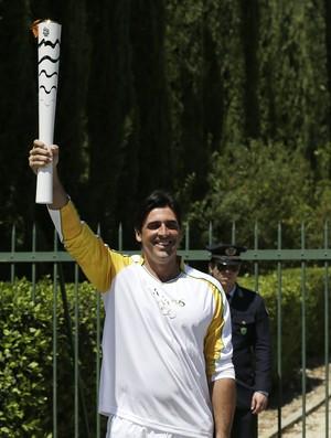 Giovane Gávio cerimônia tocha olímpica (Foto: AP Photo/Thanassis Stavrakis)